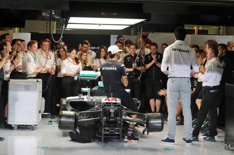 F1 | ハミルトン、F1メカニックのスワップについて「真相は10年後に出す回顧録に書く」