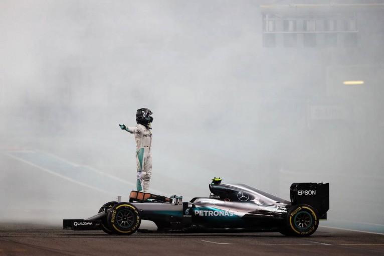 F1 | 動画:F1ワールドチャンピオンを獲得したロズベルグが喜びのドーナツターン/F1アブダビGP