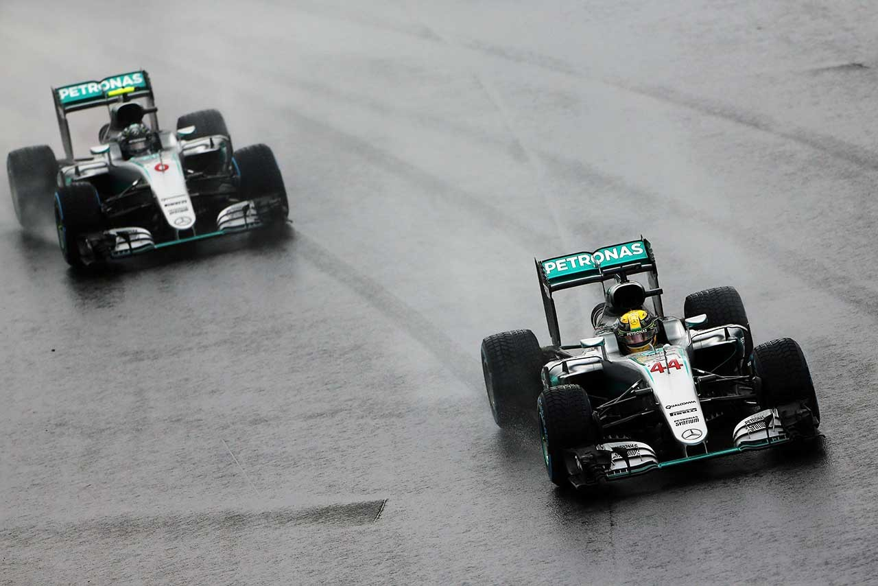 ブラジルGPでハミルトンに勝利を許すロズベルグ