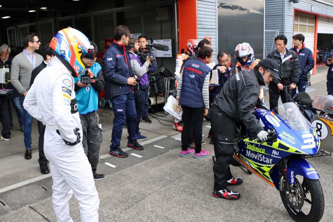 RS125RWに注目するフェルナンド・アロンソ