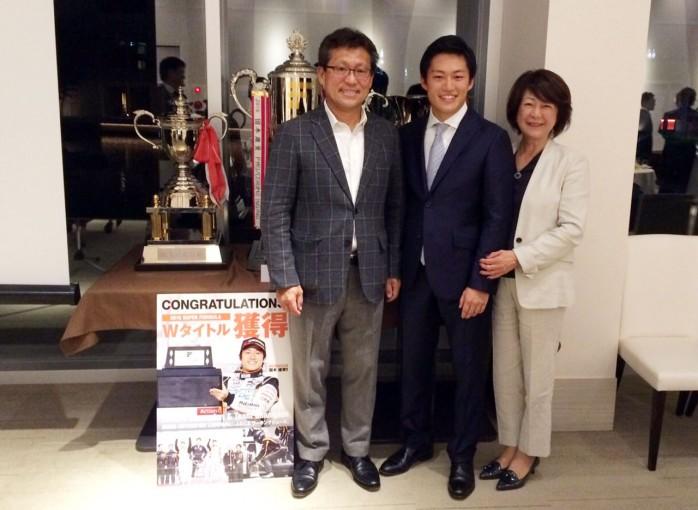 P.MU/CERUMO・INGINGのWタイトル獲得祝勝会に参加した国本とご両親