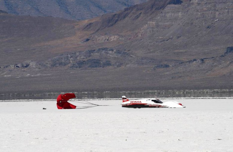 10kmに及ぶ走行路。速度計測地点を過ぎての減速にはパラシュートを使用