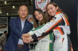 東京オートサロン2017で行われた発表会に登壇した関谷正徳氏(左)と小山美姫(中央)、池島実紅(右)