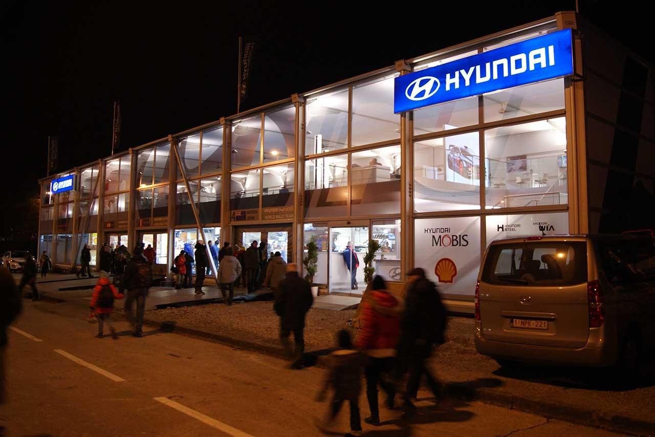 """サービスパークは夜も""""レーシー""""。トヨタブースはちびっこファンも満足?【WRCモンテカルロ現地情報4】"""