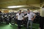 インドネシアにあるホンダの工場を訪れたマルケスとペドロサ