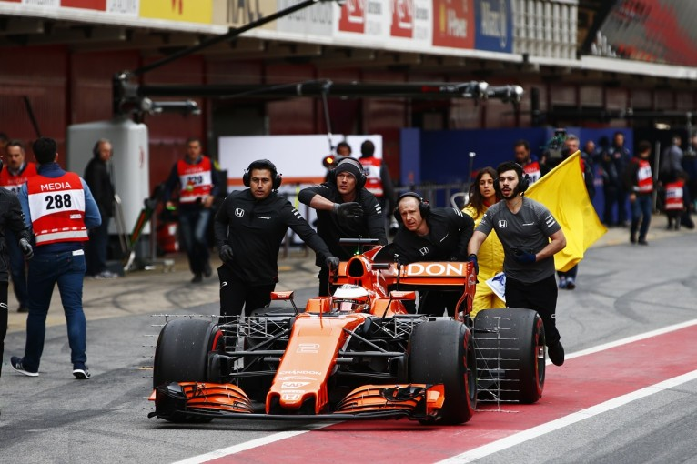 2017年第1回F1合同テスト2日目 ストフェル・バンドーン(マクラーレン・ホンダ)がピット入口でストップ