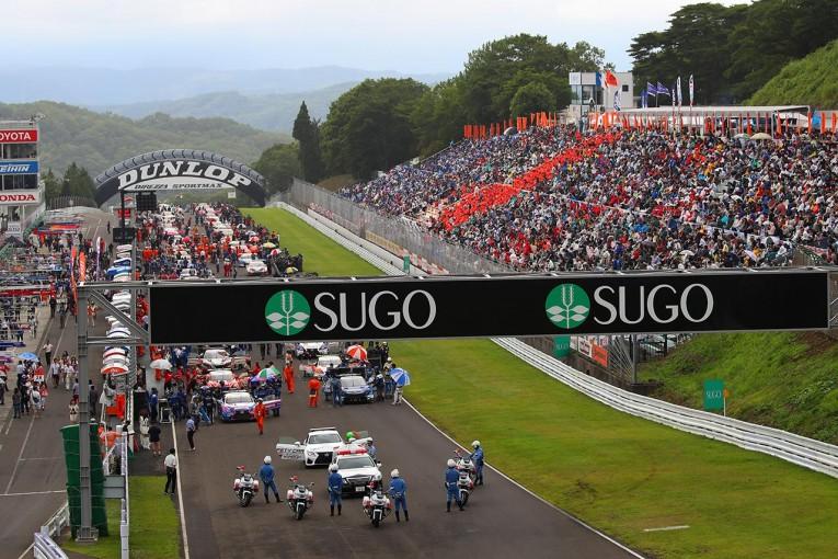 2016年のスーパーGTSUGO戦のようす。今季も最大決勝出走台数は43台となっている。