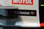 創業100周年を迎えるヨコハマは、今季記念のロゴマークを活用したステッカーを貼る。