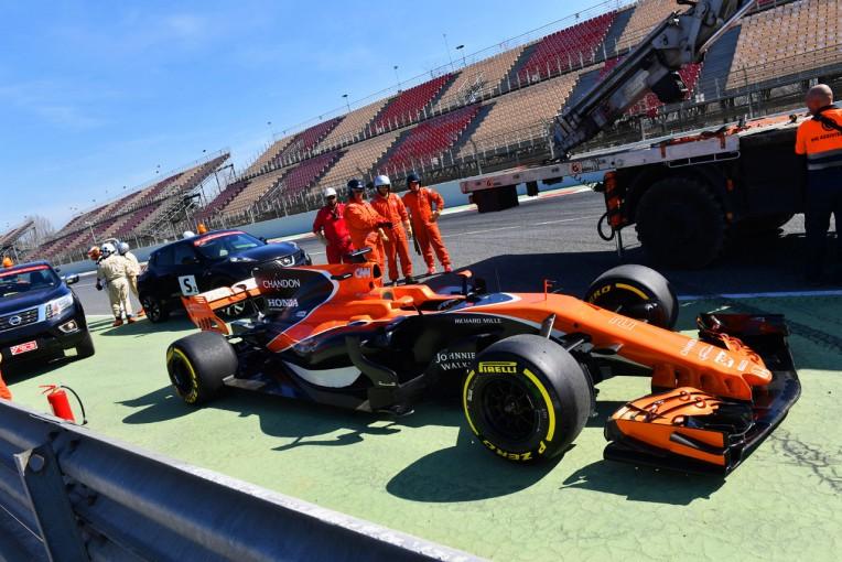F1 | マクラーレン・ホンダ、コース上でストップ【午前タイム結果】第2回F1バルセロナ合同テスト3日目
