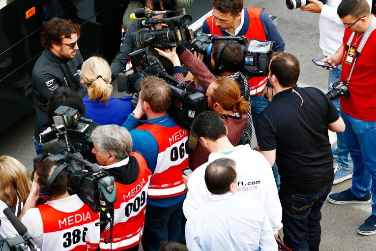 F1合同テスト2日目、貴社からの質問に答えるフェルナンド・アロンソ