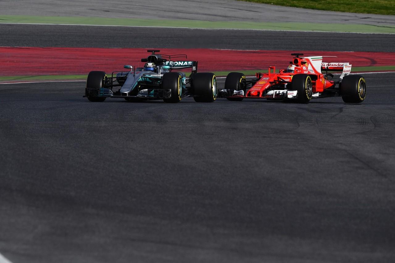 2017年第2回F1合同テスト バルテリ・ボッタス(メルセデス)とセバスチャン・ベッテル(フェラーリ)
