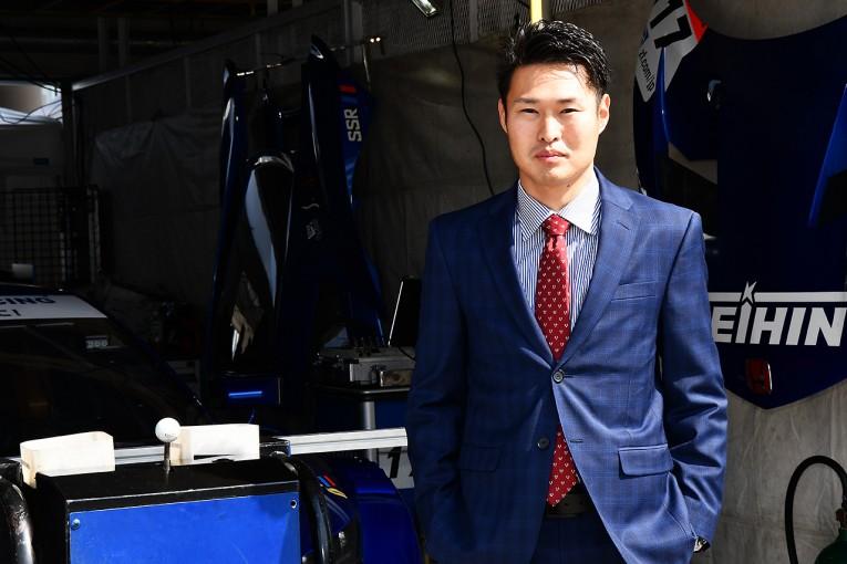 2017年から塚越広大は、スーツを着込みサーキット入りしている。「コーディネートを考えるとハマりますね」と塚越。