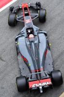 写真2:横方向の部位もスリムに/写真3:車両ミッド~リヤにかけての絞り込み/写真4:フロアが一部分割され、フラップ状に処理