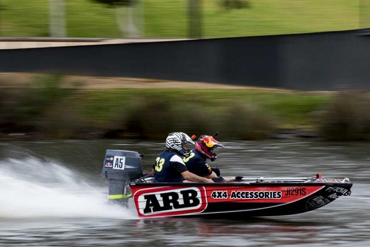 ディンギーボートは軽量の二人乗りボートに30馬力のエンジンを搭載。時速90キロ以上で疾走する
