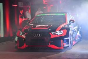 発表会会場内を走るバースレーシングプロジェクトのRS3 LMS