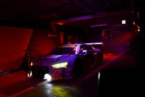 発表会会場内を走るHitotsuyama Audi R8 LMS