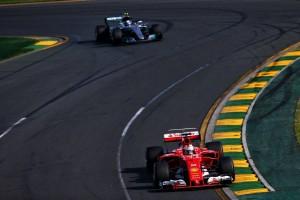 オーストラリアGP決勝、先行するベッテルと追うハミルトン