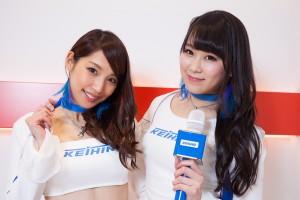 2017年のKEIHIN REAL RACINGのレースクイーンを務める「Keihin Blue Beauty」の蒼怜奈さん(左)と「Keihin Blue Navigator」の栗沢綾乃さん(右)