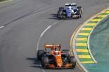 2017年オーストラリアGP ストフェル・バンドーン(マクラーレン)とアントニオ・ジョビナッツィ(ザウバー)
