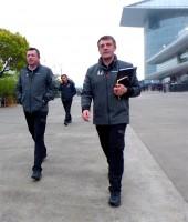 ミーティンクを終えて出てきたマクラーレンの新しいチームマネージャーとなったポール・ジェームス(右)とグランプリの週末はマクラーレンのチーム代表的な役割を果たしているエリック・ブーリエ(レーシングディレクター)