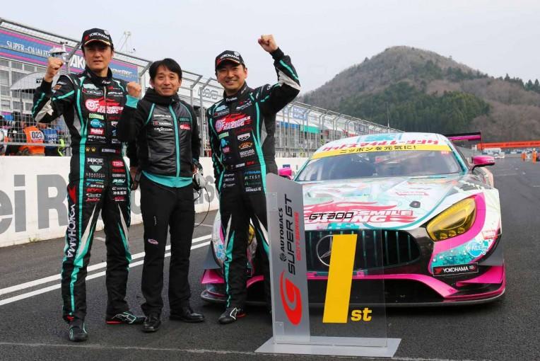 スーパーGT第1戦岡山のGT300クラスを制した谷口信輝(左)と片岡龍也(右)