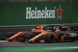 2017年F1第2戦中国GP ストフェル・バンドーン(マクラーレン・ホンダ)、ジョリオン・パーマー(ルノー)とバトル