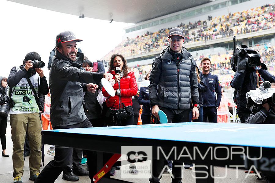 モタスポブログ | Shots!──意外と上達が早い!?アロンソたちが卓球に挑戦@熱田カメラマン F1中国GP 3回目