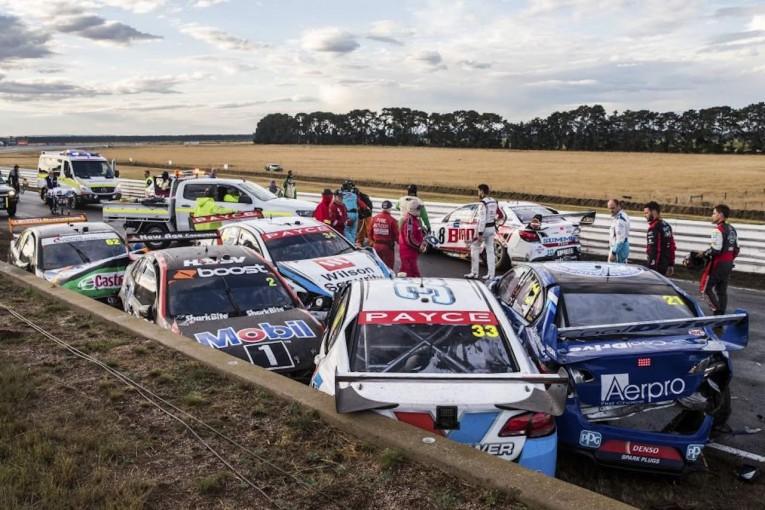 海外レース他 | 豪州SC:第2戦タスマニアで12台の多重クラッシュ。ノーポイントレースに