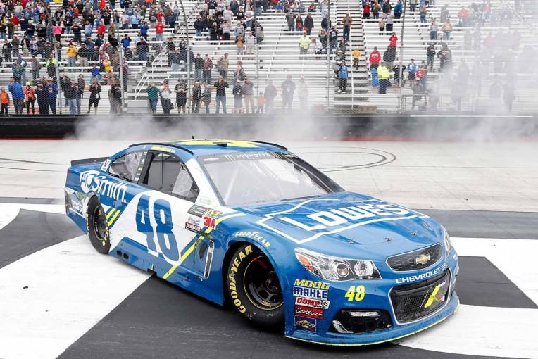 海外レース他   NASCAR:ジミー・ジョンソン、降雨で月曜決勝となった第8戦を制す。通算82勝目