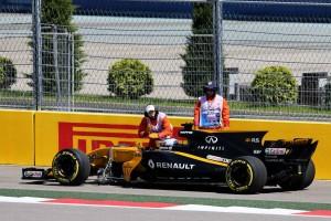 F1ロシアGP フリー走行1回目でセルゲイ・シロトキンのマシンがストップ