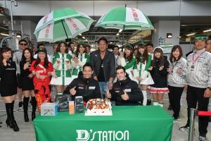 5月3日の予選日には、藤井誠暢の参戦100戦をチームでお祝い。チームの雰囲気も良さそうだ。