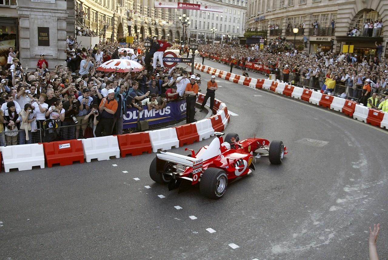 2004年リージェントストリートでフェラーリF2004を走らせるルカ・バドエル