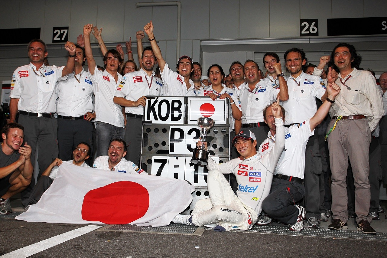 2012年日本GPで小林可夢偉(ザウバー)が3位。チームと喜びを分かち合う