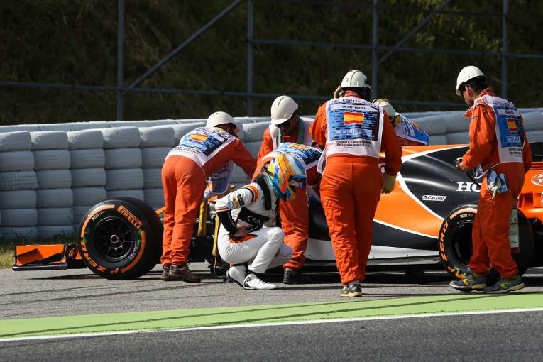 F1 | アロンソ、母国のアウトラップでまたもF1エンジントラブル。「アップデートを持ち込んでも試せない…」