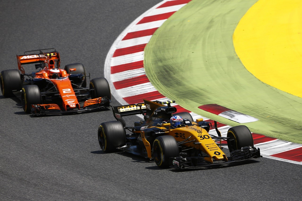 2017年F1第5戦スペインGP ストフェル・バンドーン(マクラーレン・ホンダ)、ジョリオン・パーマー(ルノー)とバトル