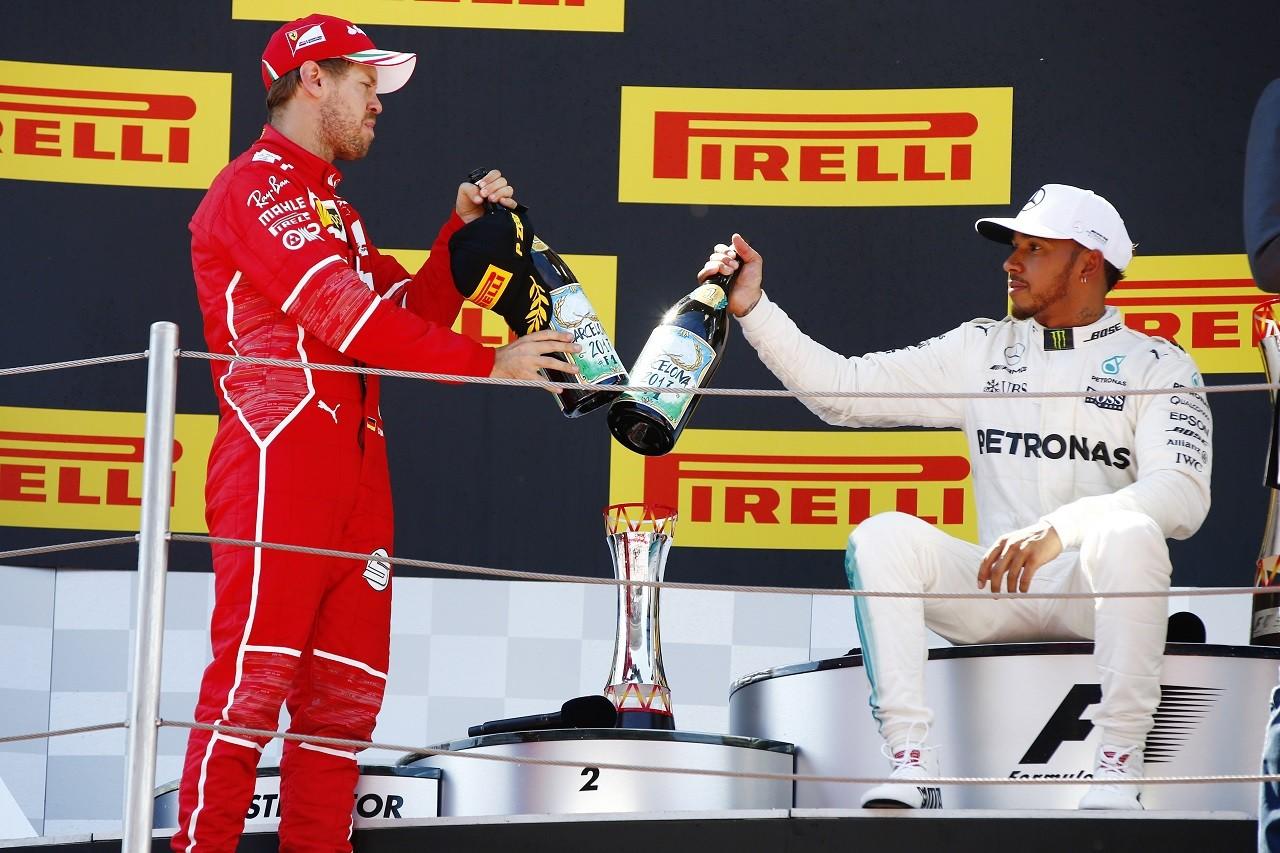2017年F1第5戦スペインGP 優勝ルイス・ハミルトン(メルセデス)と2位セバスチャン・ベッテル(フェラーリ)が健闘を称えあう