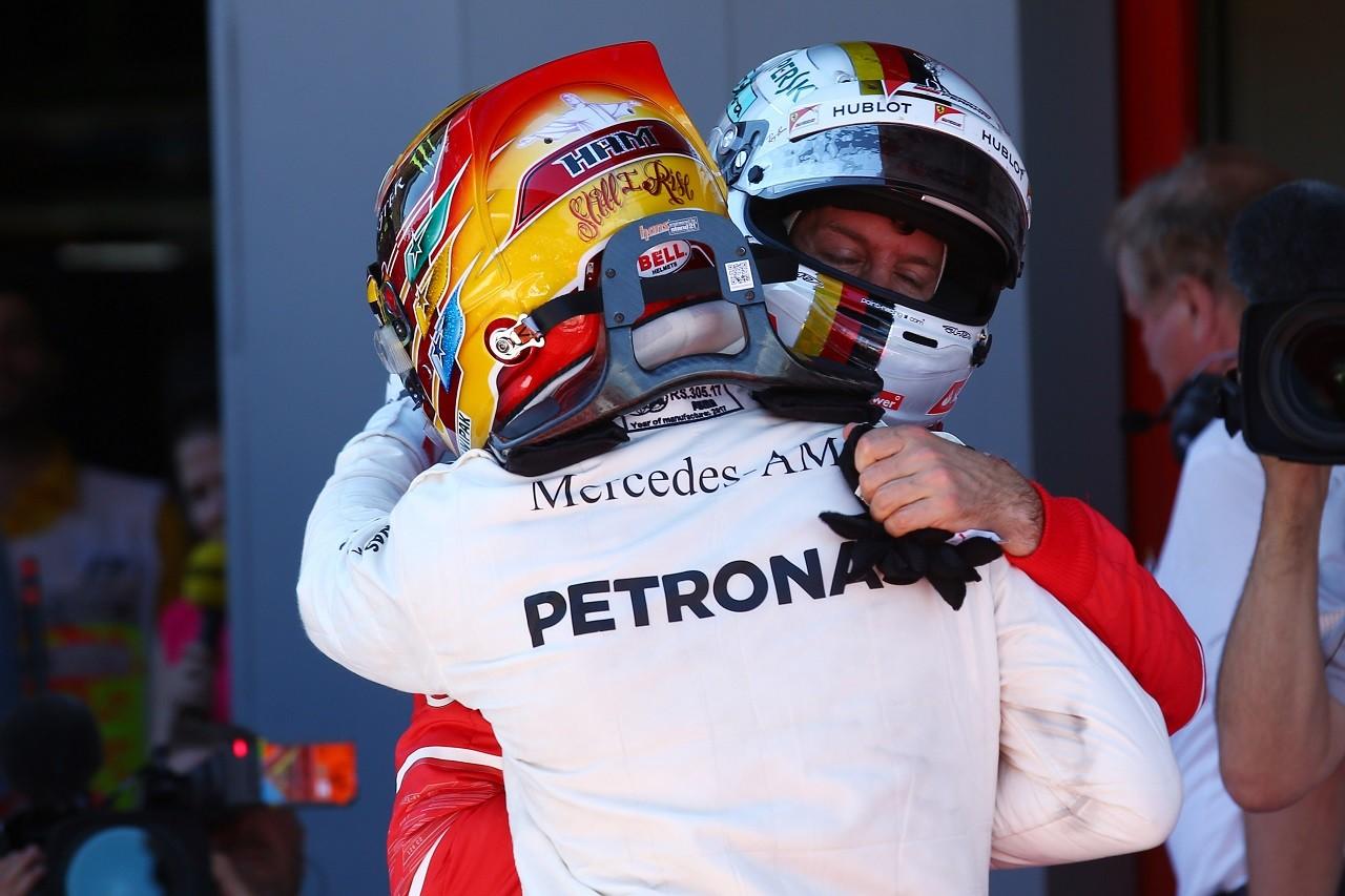 2017年F1第5戦スペインGP 勝者ルイス・ハミルトンと2位セバスチャン・ベッテルが健闘を称えあう