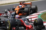 2017年F1第5戦スペインGP ロマン・グロージャン(ハース)とフェルナンド・アロンソ(マクラーレン・ホンダ)