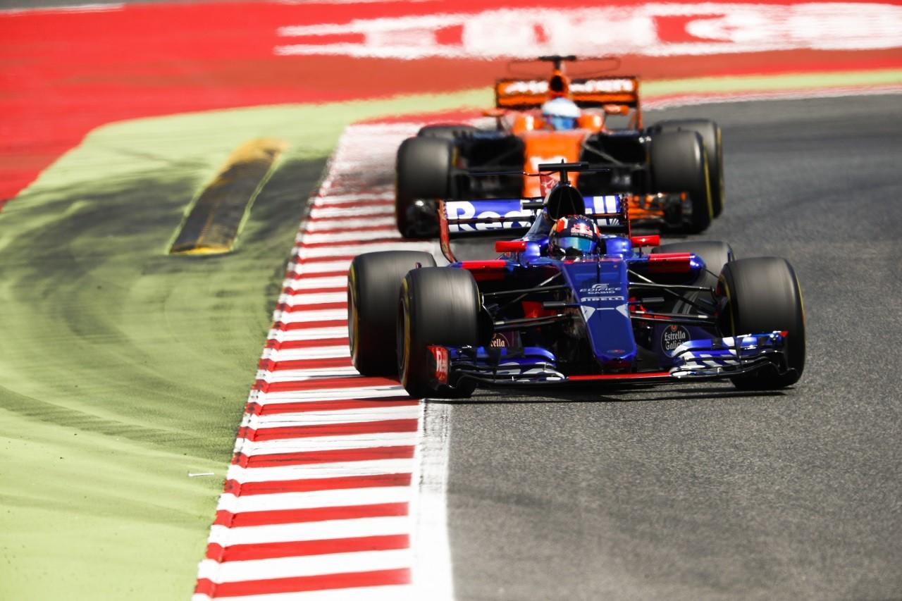 2017年F1第5戦スペインGP ダニール・クビアト(トロロッソ)とフェルナンド・アロンソ(マクラーレン・ホンダ)