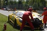 クラッシュでダメージを負った15号車メルセデスAMG GT3