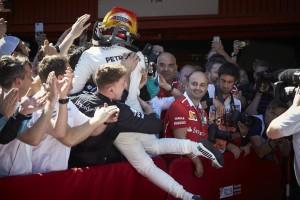 2017年F1第5戦スペインGP 優勝したルイス・ハミルトン(メルセデス)がチームメンバーたちと喜びを分かち合う