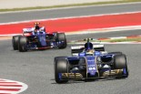 昨年型フェラーリ搭載のザウバーを抜きあぐねるトロロッソのサインツJr.