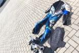 水瀬きいのサーキット探訪記:ライディングスーツとヘルメットが日向ぼっこ?