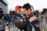 08年以来となるポールを獲得したRAYBRIG NSX-GT。喜ぶ伊沢拓也(左)と山本尚貴(右)
