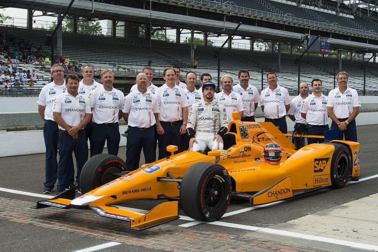2017年インディ500予選:フェルナンド・アロンソがチームとともに記念撮影