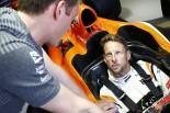 2017年F1第6戦モナコGP水曜 ジェンソン・バトン(マクラーレン・ホンダ)がマシンに乗り込む