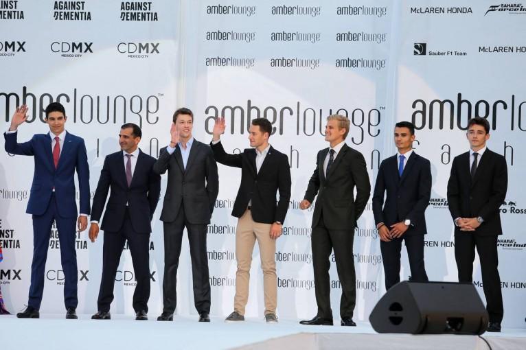 F1   モナコGP恒例のファッションショー開催。7名のF1ドライバーがビジネスルックで登壇