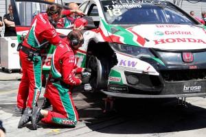 オープニングレースでのパンクでマシンにダメージを負ったティアゴ・モンテイロ(ホンダ・シビックWTCC)