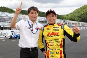 全日本F3選手権第8戦を制し、本山哲アドバイザーと笑顔をみせる高星明誠(B-MAX NDDP F3)