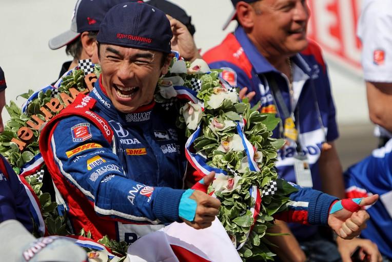 インディ500制覇で満面の笑みを浮かべる佐藤琢磨
